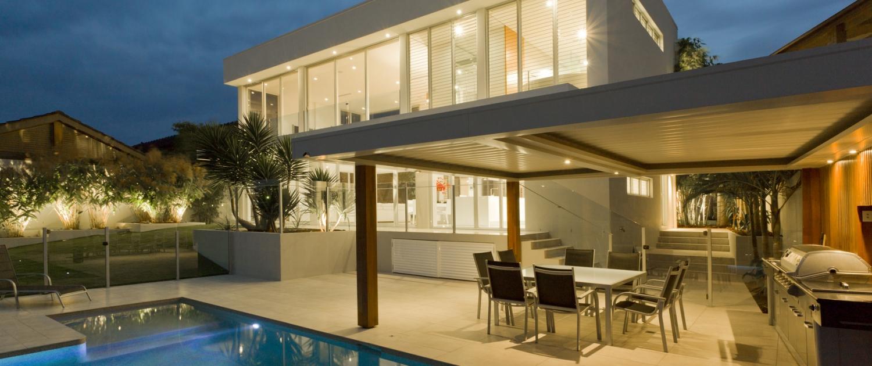 Buitekant woning met zwembad en buitenkeuken